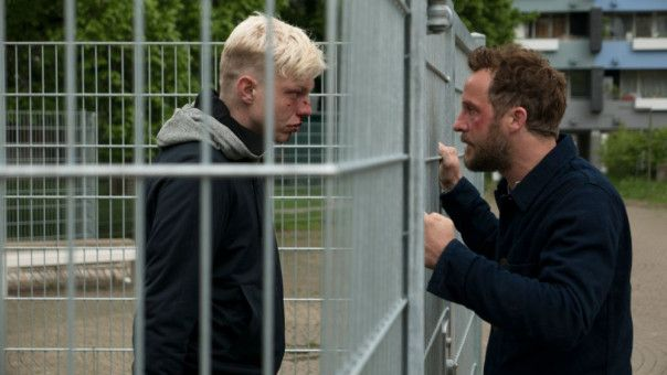 Zufällig begegnet Malte (Maximilian Brückner, rechts) dem jungen Mann (Leonard Kunz), der seine Frau vergewaltigt hat.