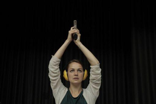 Am Schießstand reagiert sich Liv (Luise Heyer) ab.