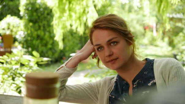 Liv (Luise Heyer) versucht, das Geschehene hinter sich zu lassen. Ihr Freund schafft das nicht.