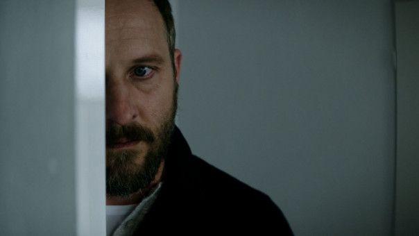 Zurück in Deutschland macht sich Malte (Maximilian Brückner) auf die Suche nach dem Mann, der seine Frau vergewaltigt hat.