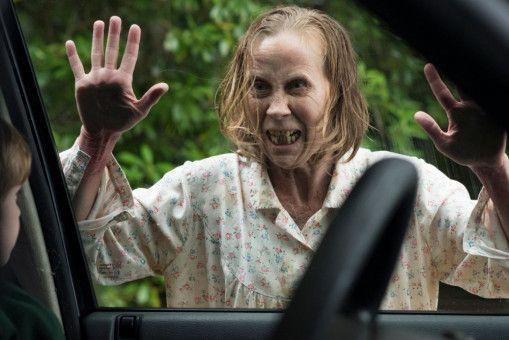 Die unheimliche neue Nachbarin Noreen Brady (Kati Outinen) bestärkt Sarah in ihrer Angst, Christopher könnte nicht mehr derselbe sein.