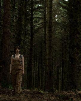 Ob der dichte Wald rund um das Haus von Sarah (Seána Kerslake) wirklich der perfekte Ort für einen unbeschwerten Neustart ist?