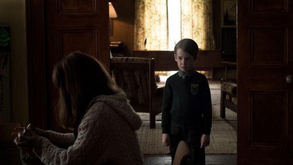 Sohn Christopher (James Quinn Markey) wirkt nach seiner Rückkehr aus dem Wald wie ausgewechselt. Oder bildet sich Sarah (Seána Kerslake) das nur ein?