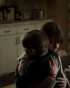 Sarah (Seána Kerslake) liebt ihren Sohn Christopher (James Quinn Markey), fürchtet sich aber auch vor ihm.