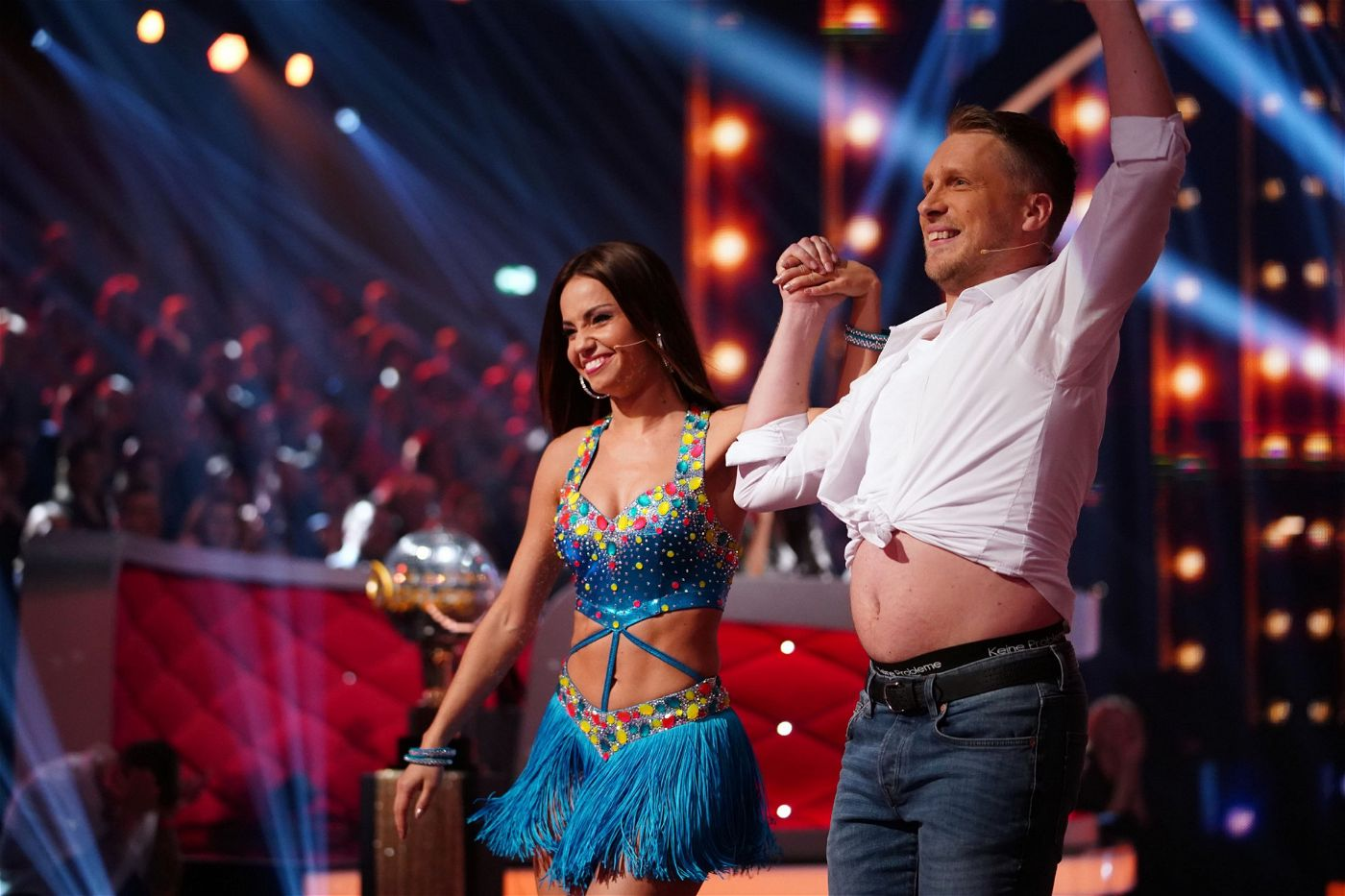 In der Kennenlernshow zu Beginn der Staffel zeigte sich Pocher spontan bauchfrei. Sexy!