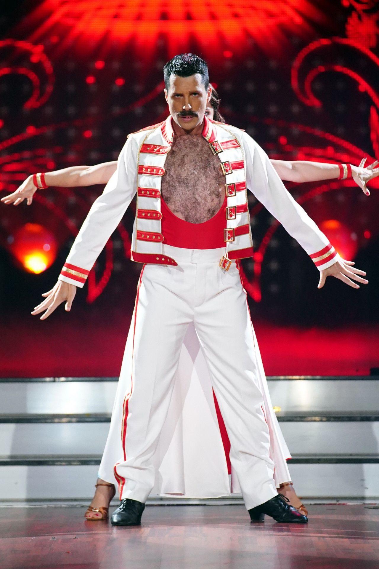 Pocher betrat die Tanzfläche als Freddie-Mercury-Double – falsche Zähne und Brusthaar-Toupet inklusive.