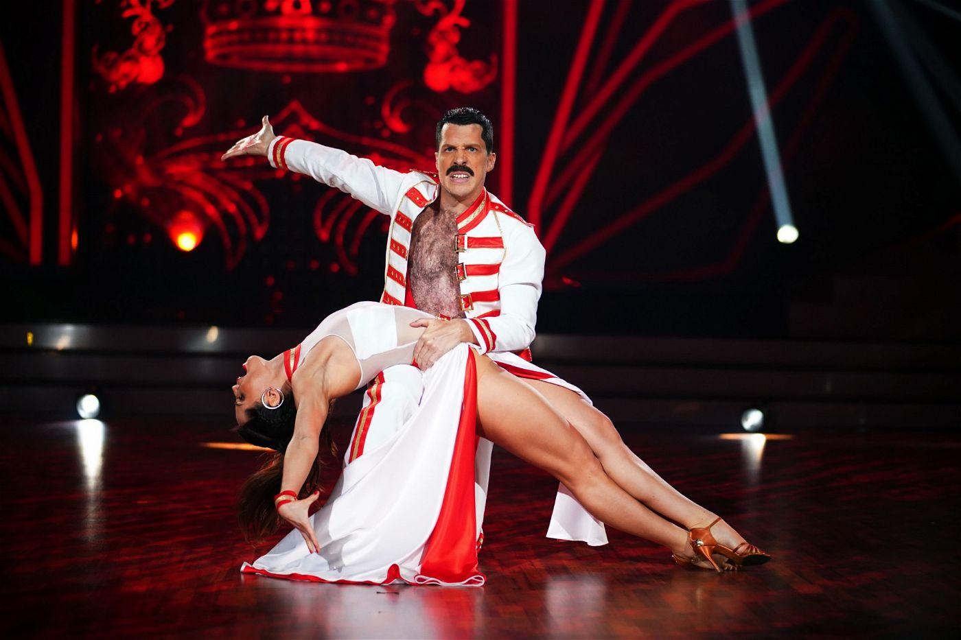 Seinen Paso Doble performte Oliver Pocher gemeinsam mit Tanzpartnerin Christina Luft zu einer spanischen Version von Bohemian Rhapsody.
