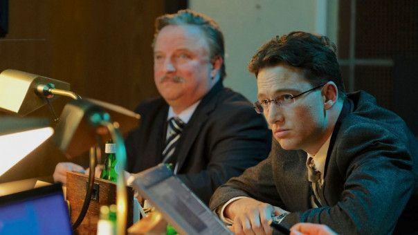 Patrick Lemke (Alexander Fehling, rechts) ist ein ziemlich aalglatter Karrierist und seinem zwielichtigen Chef Dr. Joachim Rauhweiler (Axel Prahl) treu ergeben.