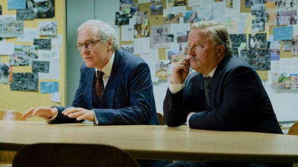 Von seinen Vorgesetzten, Stefan Grünhagen (August Zirner, links) und Dr. Joachim Rauhweiler (Alex Prahl), wird Behrens immer weiter ins Abseits gestellt.