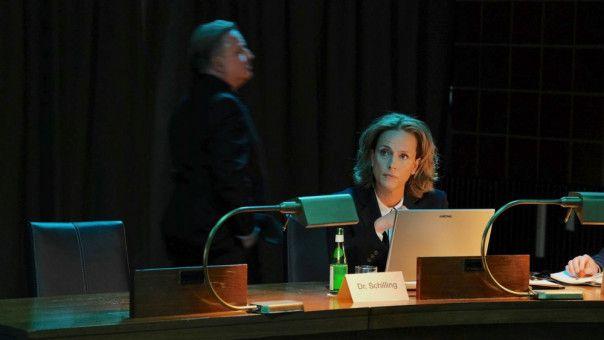 Lediglich seine Förderin Dr. Aline Schilling (Claudia Michelsen) ist noch auf Behrens' Seite, wird aber zunehmend isoliert.