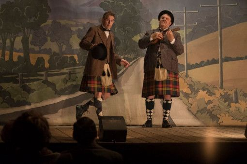 Stan Laurel (Steve Coogan, links) und Oliver Hardy (John C. Reilly) machen Station in Schottland.