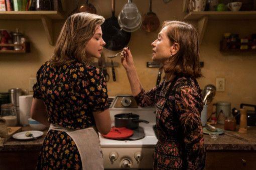 Zwischen Greta (Isabelle Huppert, rechts) und Frances (Chloë Grace Moretz) entwickelt sich eine innige Freundschaft.