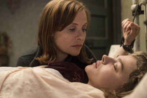 Gefährliche Obsession: Greta (Isabelle Huppert, links) schaut Frances (Chloë Grace Moretz) heimlich beim Schlafen zu.
