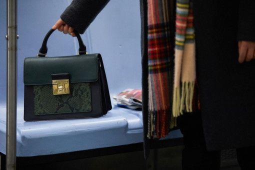 In der U-Bahn entdeckt Frances (Chloë Grace Moretz) eine Handtasche, die dort nur scheinbar zufällig verloren wurde.