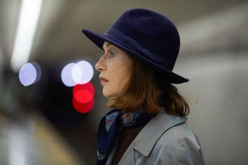 Die elegante Witwe Greta (Isabelle Huppert) treibt ein perfides Spiel: Sie lockt die junge Frances in ihr Haus.