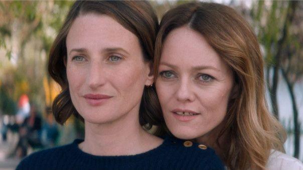 Die beiden Schwestern Gabrielle (Vanessa Paradis, rechts) und Elsa (Camille Cottin) wuchsen gemeinsam, aber getrennt von ihrem Bruder auf.