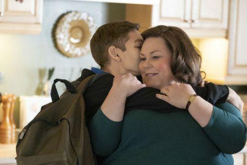 Der 14-jährige John (Marcel Ruiz) stammt aus Guatemala und wächst bei seiner Adoptivmutter Joyce (Chrissy Metz) in den USA auf.