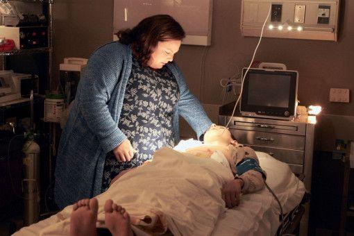 Im Krankenhaus wacht Joyce (Chrissy Metz) über ihren Sohn John (Marcel Ruiz).