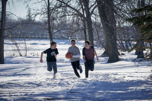 Riskante Aktion: Zusammen mit zwei Freunden wagt sich John (Marcel Ruiz, rechts) auf dünnes Eis.