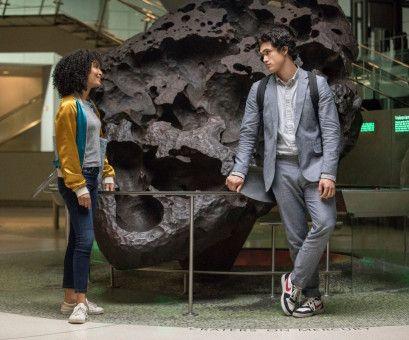 Was wird der Tag bringen? Daniel (Charles Melton) und Natasha (Yara Shahidi) wandeln durch die Stadt.