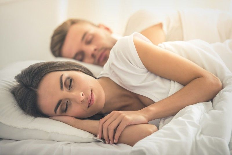 Endlich erholsam schlafen: Ihr Apotheker kann dabei helfen, die Gründe für Probleme beim Ein- und Durchschlafen zu finden – und bietet Lösungen an.