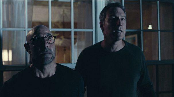 Hugh (Stanley Tucci, links) und sein bester Freund Glen (John Corbett) sehen dem Tod ins Auge. Darüber dürfen sie aber nicht sprechen, sonst sterben sie selbst.