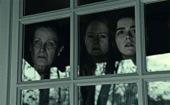So sehen Sorgen aus: Oma (Kate Trotter, links), Mama (Miranda Otto, Mitte) und Tochter (Kiernan Shipka).