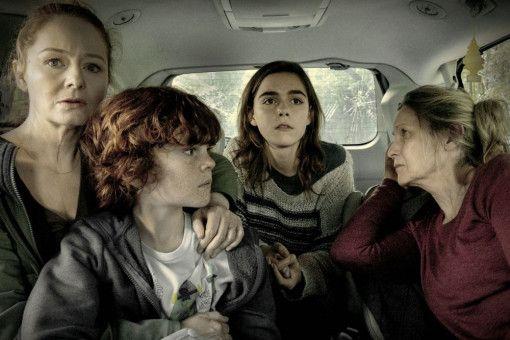 So sehen Sorgen auch aus: Die Familie (von links: Miranda Otto, Kyle Breitkopf, Kiernan Shipka und Kate Trotter) hofft, dass Papa heil zurückkommt.