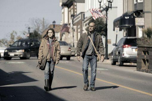 Ally (Kiernan Shipka) und Papa Hugh (Stanley Tucci) schleichen auf leisen Sohlen durch eine verlassene Stadt.