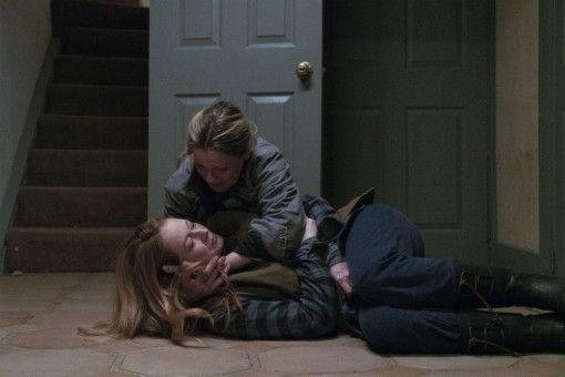 Zum Glück ist Oma (Kate Trotter) Krankenschwester und kann sich um ihre verletzte Tochter (Miranda Otto) kümmern.