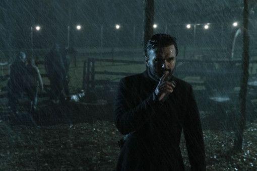 "Der Ober-""Verstummte"" (Billy MacLellan) hat die perfekte Überlebensgeste drauf."