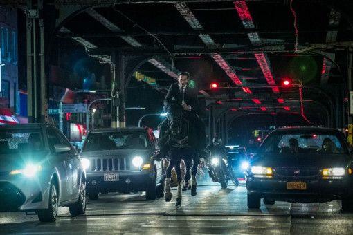 Notfalls zu Pferde: John Wick (Keanu Reeves) versucht, seinen Verfolgern zu entkommen. Die haben allerdings deutlich mehr PS unterm Hintern.