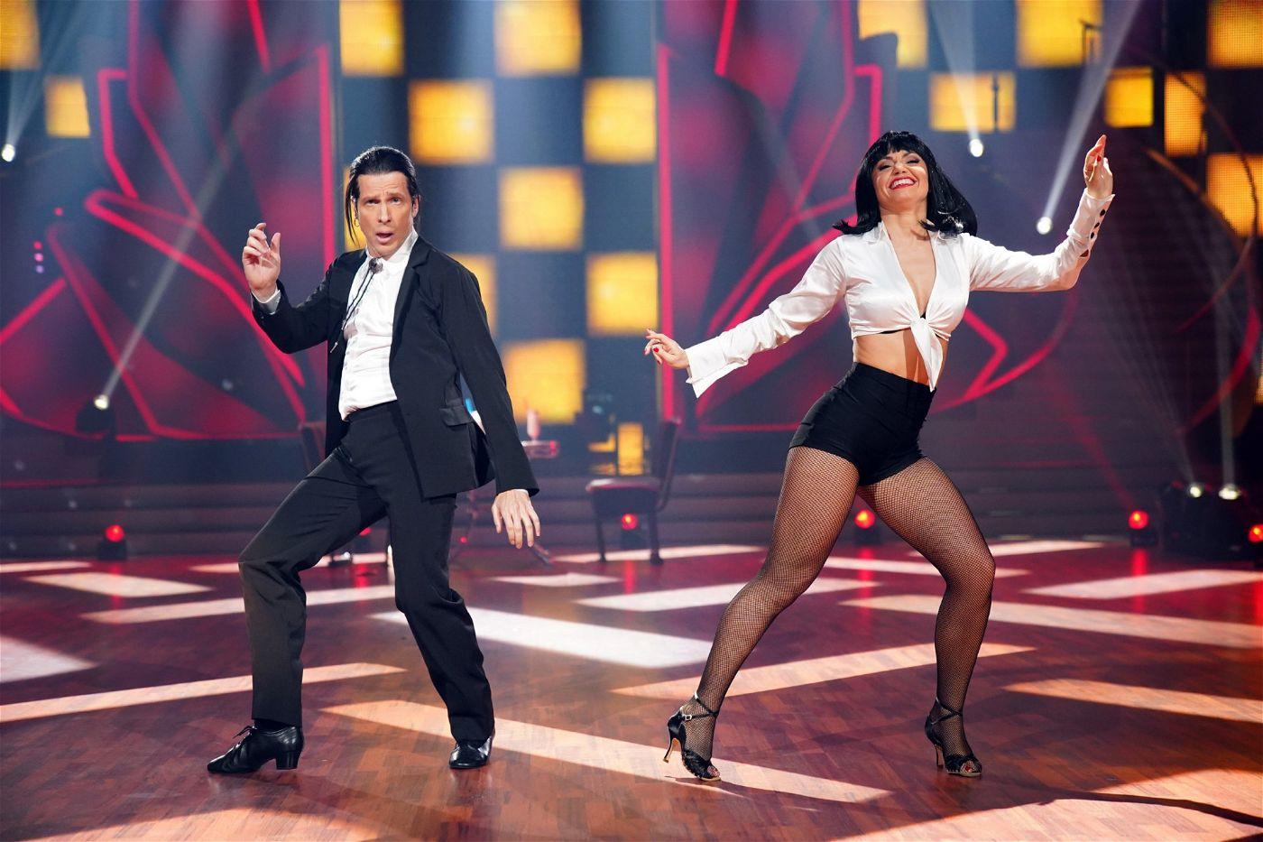 """Pocher als John Travolta – oder besser gesagt als dessen Rolle Vincent Vega im Film """"Pulp Fiction"""". Der Tanz: ein Jive."""
