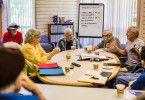 """Einmal pro Woche nehmen die Heimbewohner an einem Kurs für Kreatives Schreiben teil. Unter anderem arbeiten sie an einem alternativen Ende für """"Casablanca""""."""