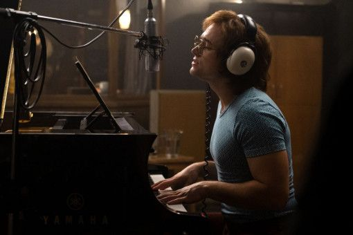 Elton John (Taron Egerton) komponiert die meisten seiner Songs am Klavier.