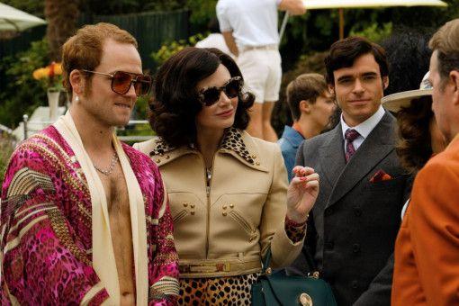 Elton John (Taron Egerton, links) zeigt seiner Mutter (Bryce Dallas Howard) sein neues Zuhause.