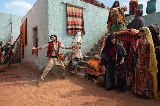 Aladdin (Mena Massoud) zeigt Jasmin (Naomi Scott) seine Diebeskünste.