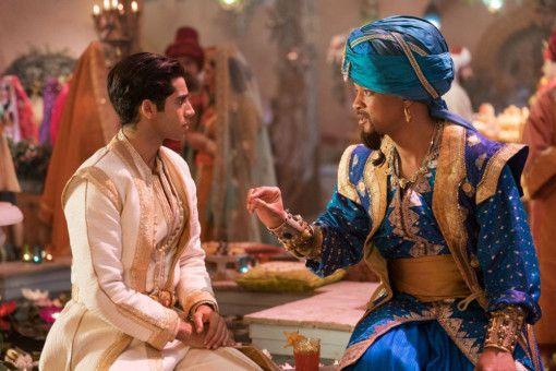 Aladdin (Mena Massoud, links) ist vom Dschinni (Will Smith) zum Prinzen gemacht worden.