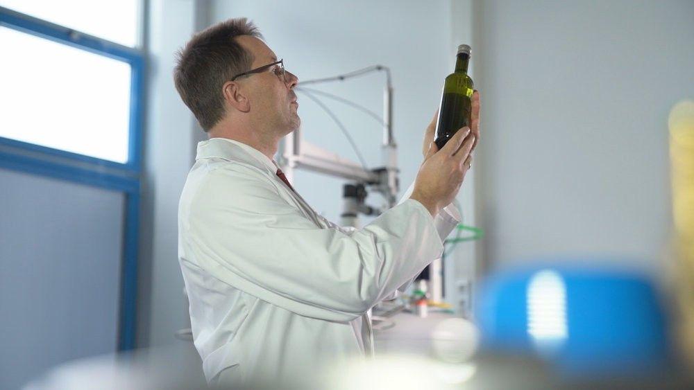 Original oder Fälschung? Im Labor prüft Prof. Stephan Schwarzinger von der Universität Bayreuth verschiedene Olivenöle.