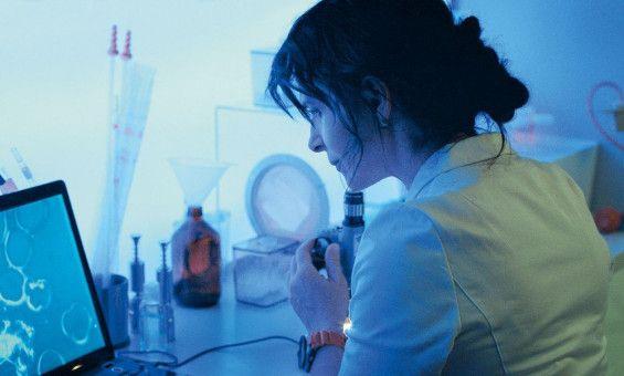Gestatten, Dr. Dibs (Juliette Binoche): Kindsmörderin, Versuchsleiterin und besessen von bizarren Formen menschlicher Fortpflanzung.