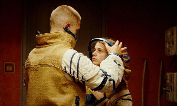 Montes (Robert Pattinson) Tochter Willow wird zur jungen Frau (Jessie Ross).