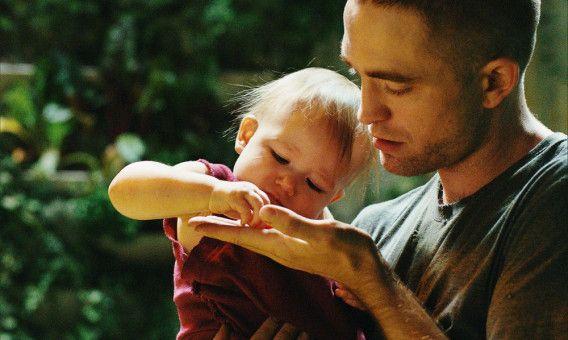 Monte (Robert Pattinson) und seine Tochter Willow (Scarlett Lindsey) innig im Garten des Raumschiffs.