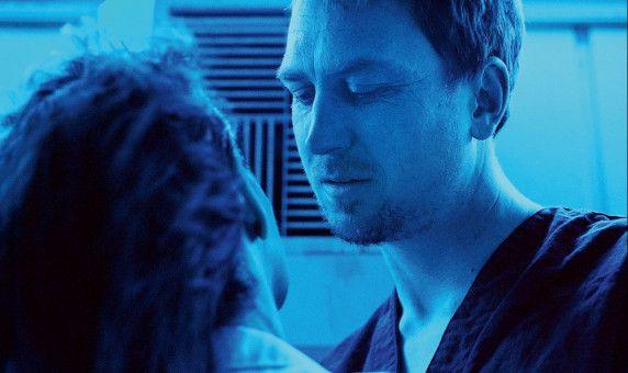 Früh stirbt Kapitän Chandra (Lars Erdinger) an Erschöpfung.