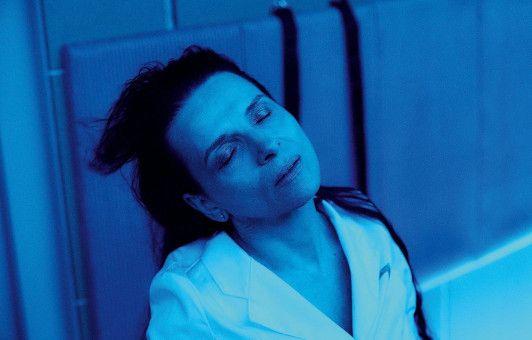 An Bord eines Raumschiffs führt Dr. Dibs (Juliette Binoche) bizarre Experimente durch.