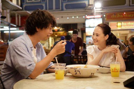 Foodbloggerin Miki (Seiko Matsuda) zeigt Masato (Takumi Saitoh) die vielfältige Küche von Singapur.