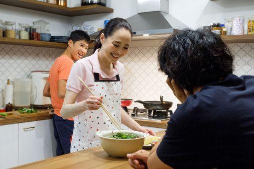 Miki (Seiko Matsuda) kocht für Masato (Takumi Saitoh, rechts) eines ihrer Lieblingsgerichte.