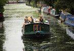 """""""Anker der Liebe"""" spielt auf einem Londoner Hausboot."""
