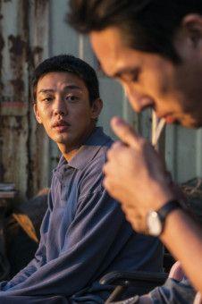 Jong-su (Yoo Ah-in) weiß nicht, was er vom reichen Ben (Steven Yeun) halten soll.