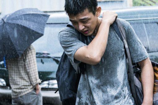 Jong-su (Yoo Ah-in) ist verzweifelt auf der Suche nach seiner Freundin Hae-mi, die plötzlich verschwunden ist.