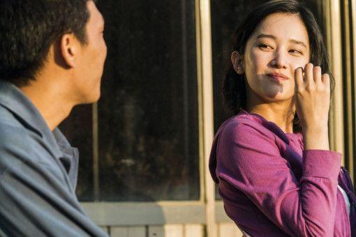 Hae-mi (Jun Jong-seo) flirtet mit ihrem ehemaligen Nachbarn, dem schüchternen Jong-su (Yoo Ah-in).